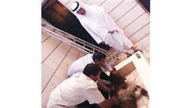 صورة نشرت أمس على تويتر على أنها للنائب مسلم البراك يشرف على ذبح الأضاحي في منزله
