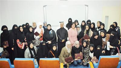 د.الأحمد يتوسط المشاركين