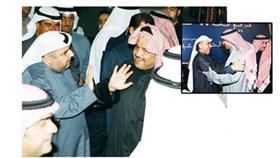 محمد الجويهل محاطا بمجموعة من الناخبين أمس الاول - عبدالحميد دشتي أمس الأول في مقره الانتخابي