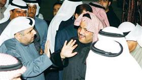 محمد الجويهل محاطا بمجموعة من الناخبين أمس الاول