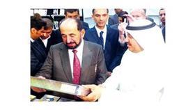 د.سلطان القاسمي خلال تفقده جناح وزارة الأوقاف