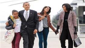 أوباما وأسرته لدى عودتهم إلى البيت الأبيض (ا ف ب)