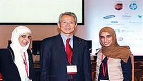 سارة المطيري ومها بورحمة مع رئيس المنظمة العالمية د.لي من كوريا