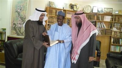 طارق العيسى يقدم درعاً لسفير نيجيريا بحضور جاسم العيناني