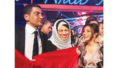والدا كارمن يحتفلان مع لطيفة بفوز ابنتهما بلقب «آراب ايدول»