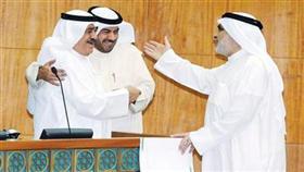 النائب الدقباسي محتضناً الوزير الشمالي وعبدالصمد يخاطبهما في الجلسة أمس