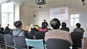 يوسف البدر يستعرض كلمات كويتية اصولها الاولى بريطانية في جامعة شيفيلد بالمملكة المتحدة