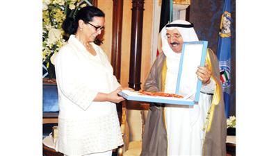 صاحب السمو الأمير مُكرِّماً الشيخة أمثال الأحمد