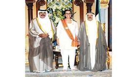 سمو الأمير وسمو ولي العهد تتوسطهما الشيخة أمثال الأحمد بالوشاح