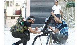 عناصر من الجيش الحر في حلب يجهزون مدفع مورتر لشن هجوم على جيش النظام