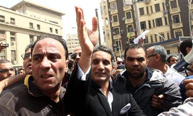 باسم يوسف يلوح لمؤيديه قبل الاستجواب