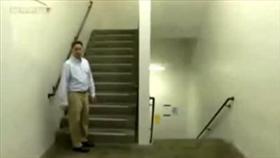 «فيديو».. خدعة السلم الذي لا ينتهي