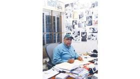 في مكتبه محاطا بصور الأجيال الذهبية