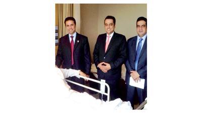 السفير عبدالله الشرهان خلال زيارته للمرضى الكويتيين
