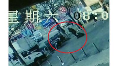 بالفيديو/ حقيبة النقود الثقيلة أسقطت لص البنك