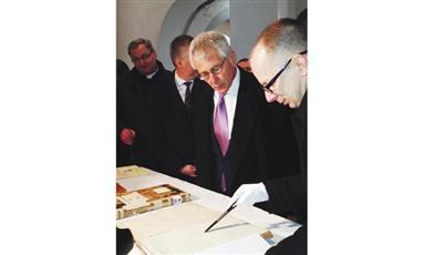 تشاك هاغل وزير الدفاع الأمريكي خلال زيارته إلى بولندا (أ ب)