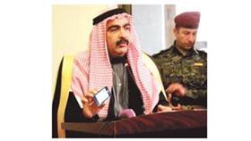 أحمد أبو ريشة رئيس مؤتمر صحوة العراق خلال عرضه نموذج «عملة داعش» من هاتفه الخاص