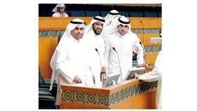 النواب رياض العدساني وعبدالكريم الكندري وحسين القويعان بعد اعلانهم عن استقالاتهم (تصوير: وليد هاشم)