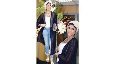 ليلى عبدالله مع بوكيه الورد في ديوانية الوطن