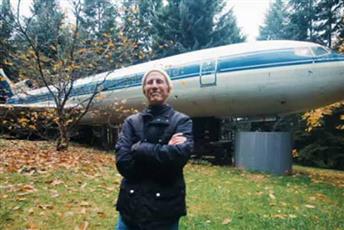 بالفيديو - رجل يتخذ من طائرة ركاب مسكنا له