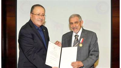الهلال الأحمر الأردني يمنح الساير والناهض الوسام الذهبي لجهودهما الإنسانية