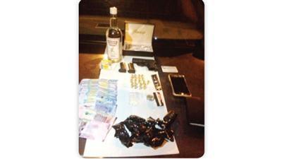 القبض على مواطنين بحوزتهما مخدرات وخمر وأسلحة وأدوات تعاطٍ