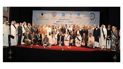 صورة جماعية لعدد من المحكمين مع الوزير ومجموعة من الحضور