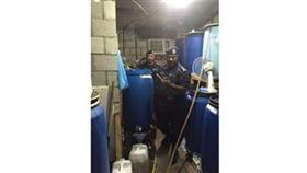 رجال مديرية أمن الأحمدي يغلقون مصنعاً كبيراً للخمور المحلية في «صباح الأحمد»