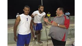 اللاعب المصاب عبدالعزيز السعد مع زميله نايف فليج والحكم الدولي علي أبل