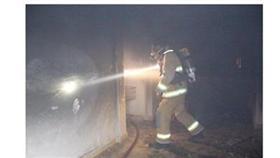 إصابة وافد باختناق شديد في حريق عمارة بالسالمية