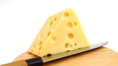 سويسرا تكشف أخيرا لغز الثقوب في بعض أجبانها
