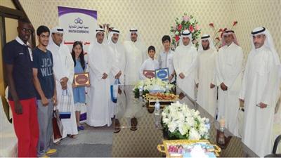 صورة جماعية لرئيس وأعضاء مجلس الادارة مع جانب من الطلبة المكرمين