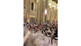 جموع غفيرة تتوافد على مسجد الدولة الكبير لتقديم العزاء في شهداء جامع الامام الصادق