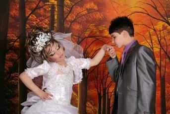 بالصور عريس إيراني عام ا يتزوج من عروس في العاشرة