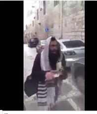 فيديو - خوفا من الطعن يهودي يصرخ..«أنا أحب العرب»