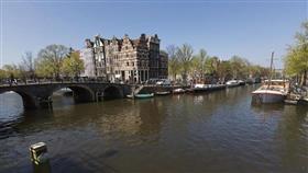 فيديو - لاجئ سوري ينقذ رجل من الغرق في مدينة امستردام