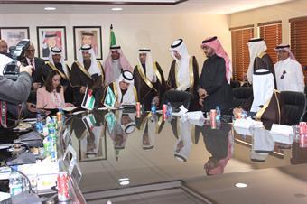 وزير النقل السعودي عبدالله المقبل مع وزيرةالصناعة الاردنية مها علي خلال التوقيع على محضر اجتماع اللجنة المشتركة