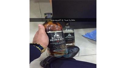 «جمارك النويصيب» تضبط خليجي بحوزته زجاجتان خمر