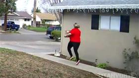 فيديو -  سيدة تسرق لعبة وتركض بها كالأطفال