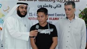 السبع يلقن أحد المهتدين الشهادتين