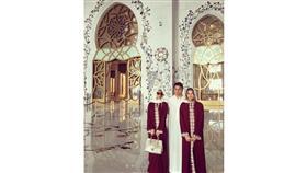بالصور- باريس هيلتون ترتدي الحجاب في مسجد الشيخ زايد