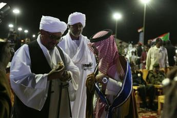 الرئيس السوداني عمر البشير يمنح الدكتور بندر آل فهيد وسام النيلين من الطبقة الأولى