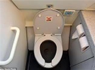 في تجربة مثيرة.. بالفيديو- لن تصدق قوة الشفط في مرحاض الطائرة