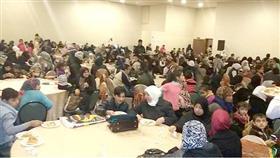 جانب من الأسر السورية والأردنية والأيتام خلال الحفل الذي نظمته (جمعية النجاة الخيرية) الكويتية