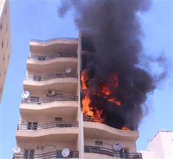 بالفيديو والصور: حريق عمارة يمتد من الطابق الرابع إلى الطابق الخامس