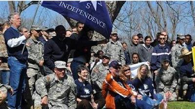 مواطنون من تكساس يرفعون لافتات تطالب بالاستقلال نقلا عن موقع 24 الاماراتي