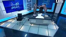 بالفيديو - بسبب انكاره الحجاب.. محام مصري يضرب مُفتي أستراليا بـ«الحذاء»