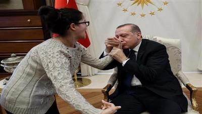 بالصور - أردوغان مُستقبلاً الفتاة المصابة بشلل التي رسمته: «سلمت يداكي»