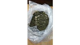 «الجمارك»: ضبط وافدة حاولت تهريب كيلو ونصف من «القات المخدر»