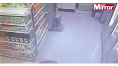 فيديو- لقطات مروعة لمراهق يطعن صديقه أثناء شراء الوجبات الخفيفة